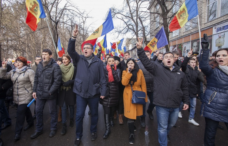 Moldova: govt sworn in after protesters storm Parliament